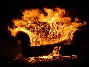 Door schuim en plastic in modern meubilair brandt een brand zich tegenwoordig veel sneller uit dan vroeger. Geen tijd dus om dierbare spullen te zoeken, maar vluchten!